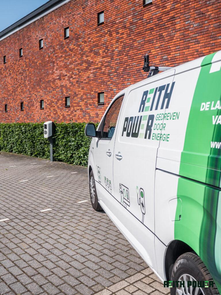 Auto van Reith Power bij een laadplein