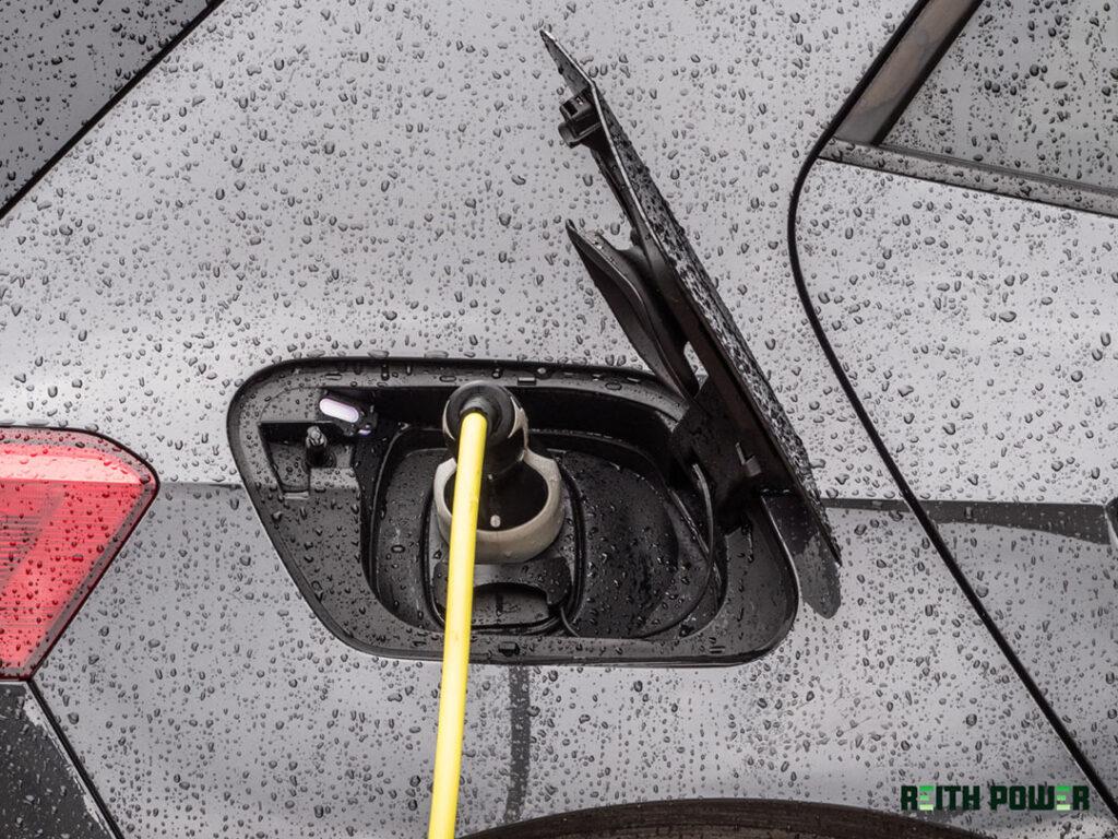 Tesla Model 3 aan een laadpaal